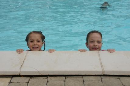 De meiden hebben lol in het zwembad