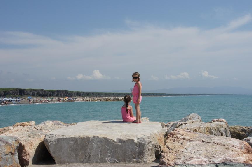 Sarah en Lotte kijken vanaf het rif de baai in