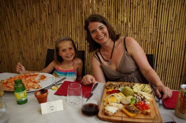 Lotte met de pizza en Joke met haar plankje groenten